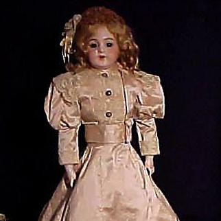 Simon & Halbig 1009 Lady In Beautiful Gown