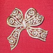 Beautiful vintage gold tone and diamante ribbon bow brooch 1980's