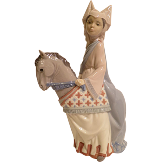 Lladro 6113 Medieval Lady