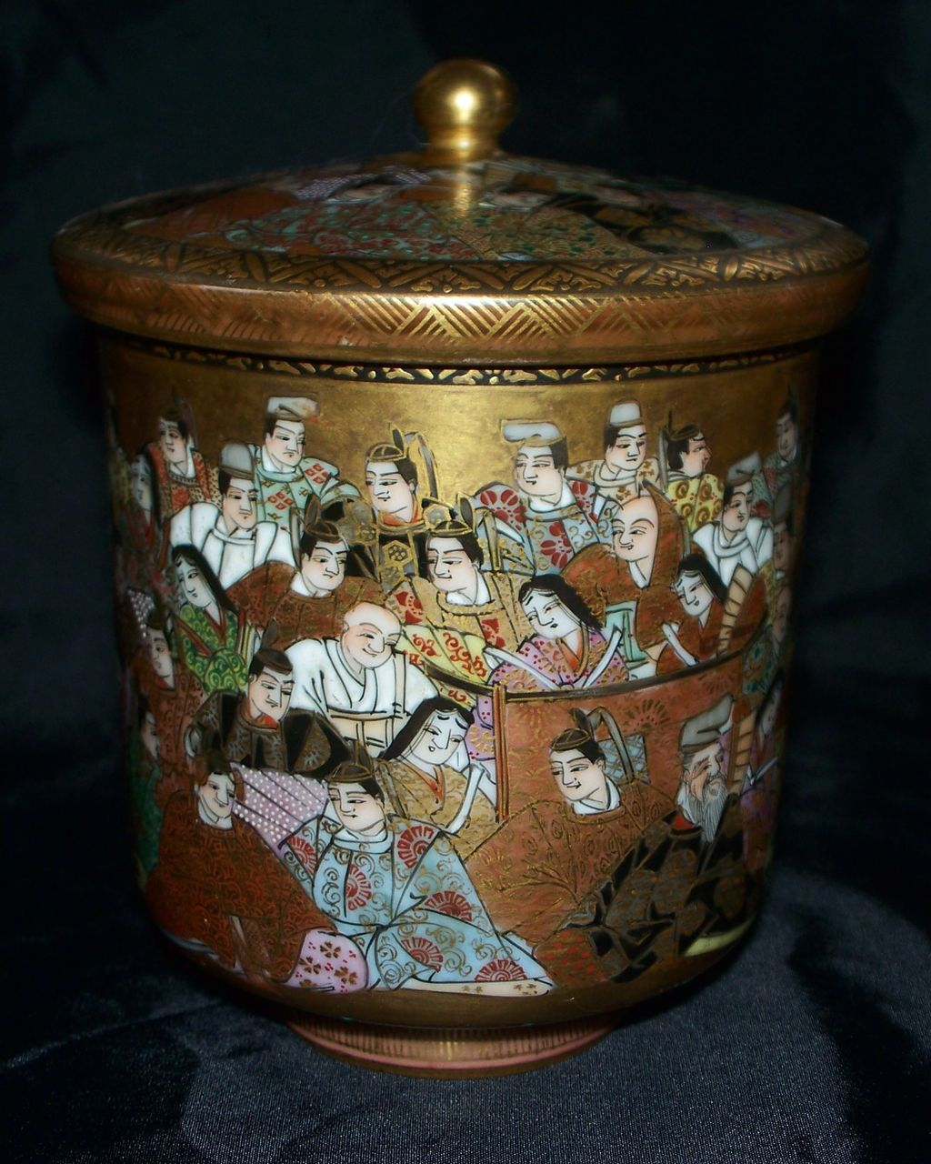 Exquisite Japanese Kutani Satsuma Covered Jar with 100 Men & Women  Meiji