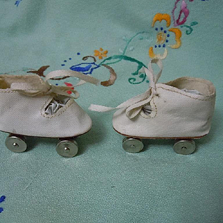 Lovely Vintage Dolly's Roller Skates in original box fit 16 inches dolls