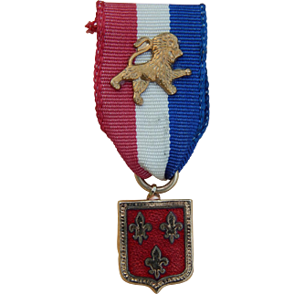 Tiny ribbon medal for French fashion