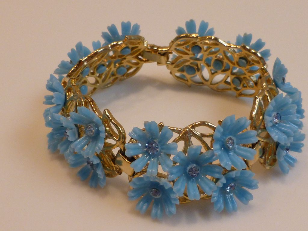 vintage plastic flower bracelet from historique on ruby