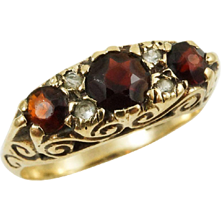 1980s Vintage English Three Stone Garnet in 9K Yellow Gold