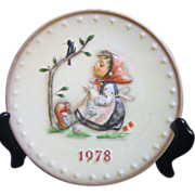 Hummel Annual Plate 1978 Bas-relief Knitting Girl with Bird