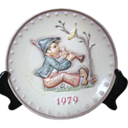 Hummel 1979 Annual Plate Boy Playing Flute to Bird on Bush