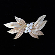 Stunning Trifari gilded metal and faux pearl pin, circa 1950's