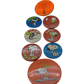Vintage Pin backs Charles Schulz Snoopy and the gang including flasher