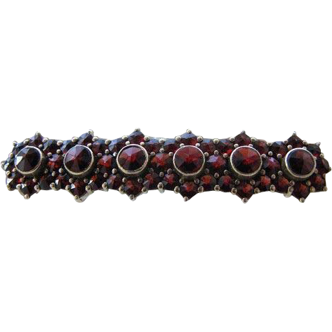 Garnet brooch in the shape of flower heads set in nine karat yellow gold