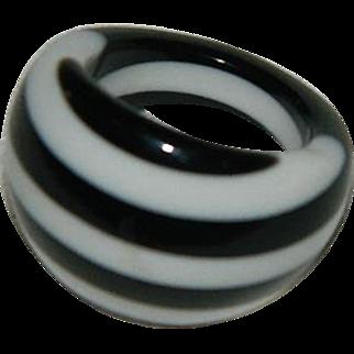 Fabulous Mod Laminated Lucite Ring ~ Sz 8 Black White