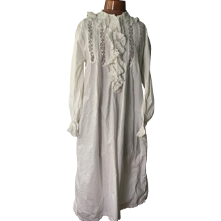 Victorian nightdress. Last quarter of the 19 th century. Cotton with lace detail.English.