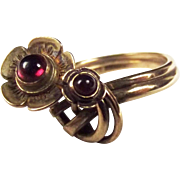 9ct Yellow Gold Garnet Flower Shaped Ring UK Size M 1/2 US 6 ¾