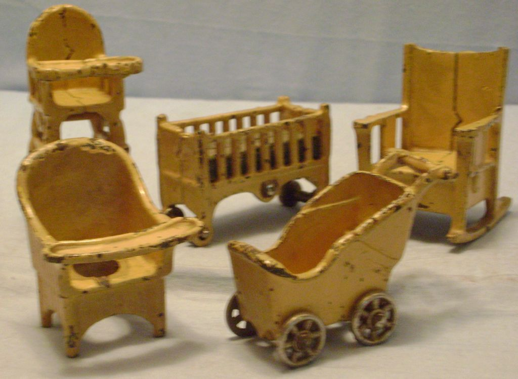 Great Vintage Cast Iron Kilgore Doll Furniture