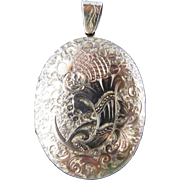 Antique Victorian Locket with Engraved Design on Both Sides in 14K Yellow Gold