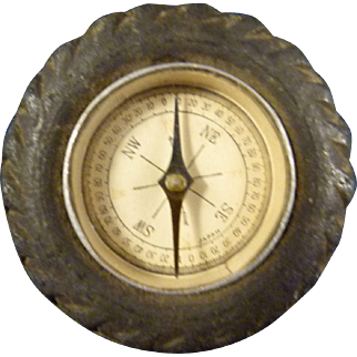Compass in form of a Vehicle Tire