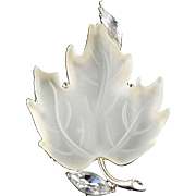 Lisner Frosted Thermoset Maple Leaf Brooch Pin