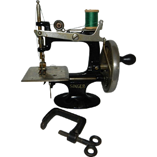 1914 Unnumbered Singer Model 20 Toy Sewing Machine with Rare Early Clamp