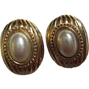 Donald Stanndard Signed Classic fx Mobe Pearl Ribbed Gold plate Vintage Clip Earrings
