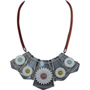 Vintage daisy flowers necklace on leather cord fashion jewelry.