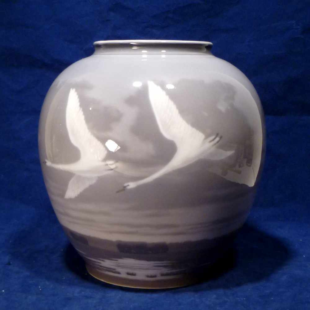 huge royal copenhagen flying geese vase pre 1923 marks. Black Bedroom Furniture Sets. Home Design Ideas