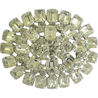 Wonderful Vintage Rhinestone Bejeweled Oval Shaped Brooch Pin