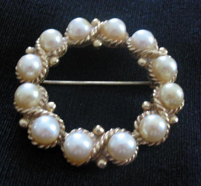 Round Faux Pearl Pin