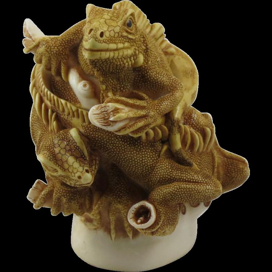 Harmony Kingdom Leatherneck's Lounge Small Treasure Jest Box Figurine with Iguanas