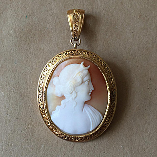 Edwardian Cameo of Goddess Diana Set in 18k Gold Brooch/Pendant
