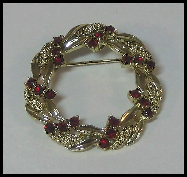 Pretty Wreath Pin by Gerry's