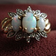 Vintage 10kt Yellow Gold Opal and Diamond Ladies Ring