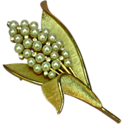 Crown Trifari Gold tone Imitation Pearls and Rhinestones Rare Pin Brooch