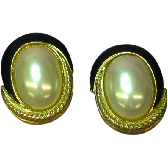Richelieu 1980's Faux Mabe' Pearl Black Enamel Gold Tone Clip Earrings