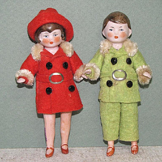 """3 3/4"""" Pair Hertwig Dollhouse All Bisque Dolls Red & Green"""
