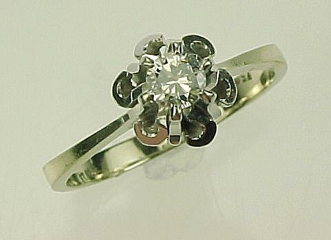 Item ID: 18K WG Diamond Solitaire In Shop Backroom
