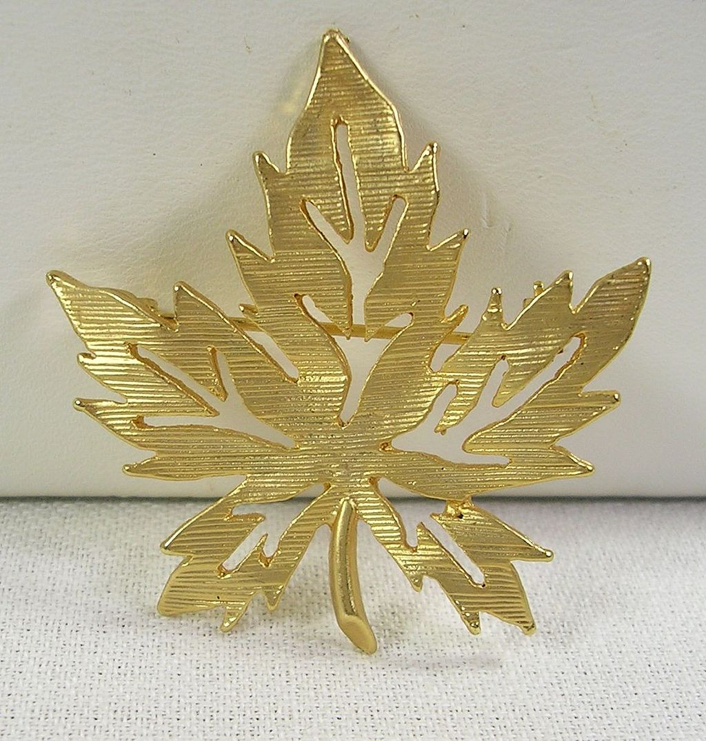 Vintage Leaf Brooch Pin in Yellow Gold Tone – c. 1965