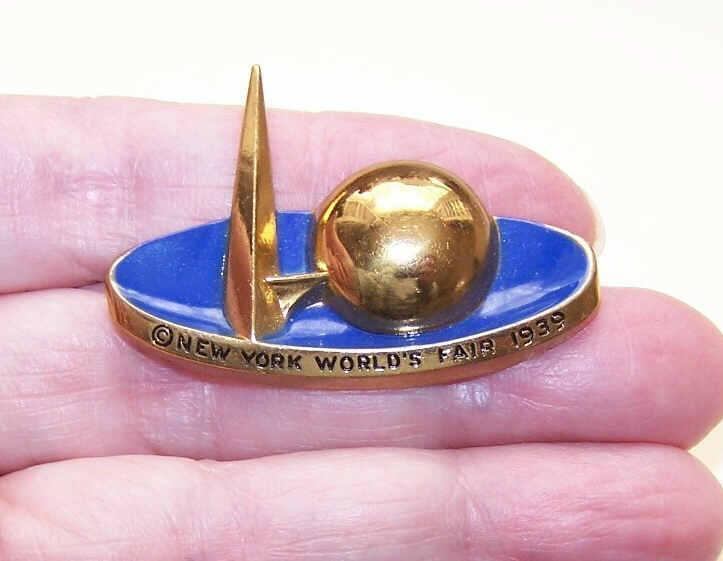 C.1939 New York World's Fair Gold Tone Metal & Enamel Pin/Brooch!