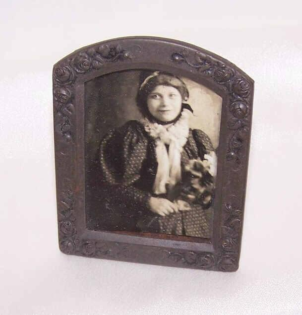 Stunning VICTORIAN ERA Gilt Brass Metal Frame with Roses & Little Girl Photo!