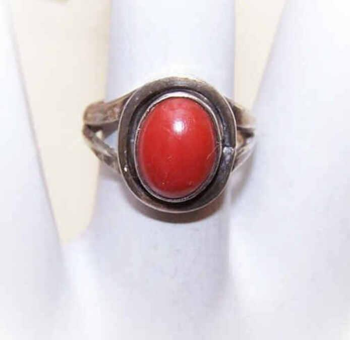 CLASSIC DESIGN! 1960s Sterling Silver & Coral Ring!