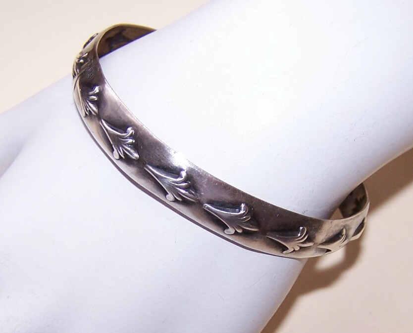 Vintage STERLING SILVER Bangle Bracelet with Wonderful Design!