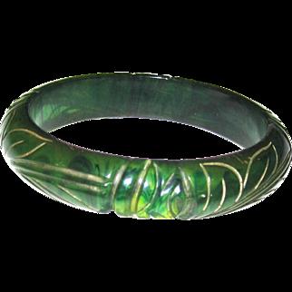"""Carved Emerald Green Marbled """"ink Spot"""" Bakelite Bangle Bracelet"""