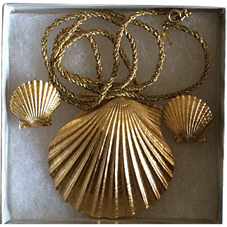 Vintage Crown Trifari sea shell necklace and earring set
