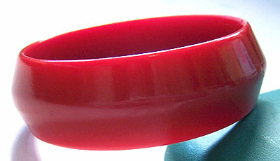 Sculpted Mauve Bakelite Bangle
