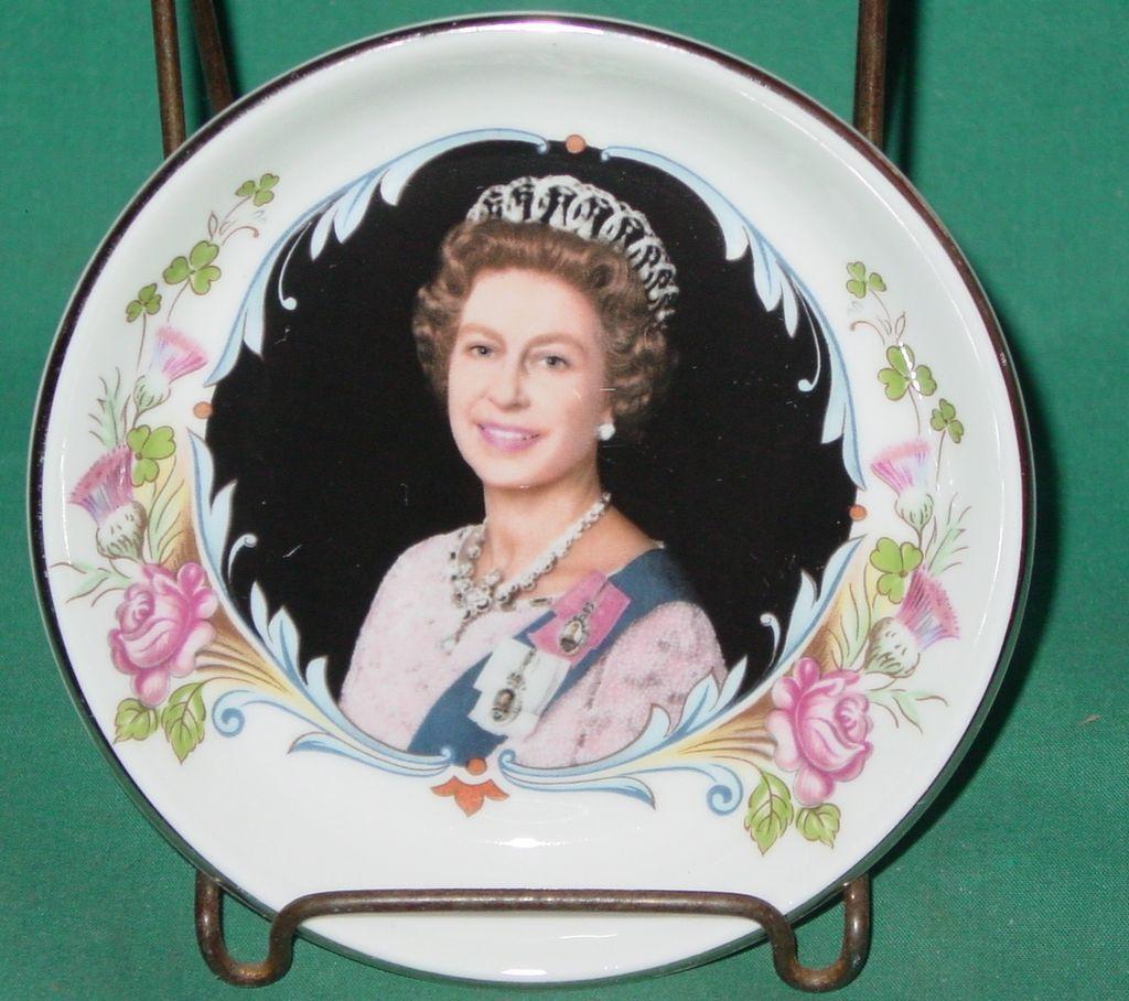 Queen Elizabeth II Silver Jubilee Trinket Vanity or Pin Dish 1977 Crown Staffordshire