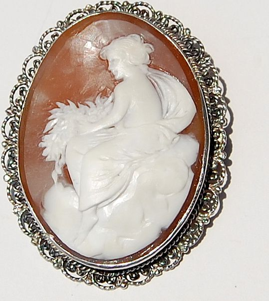 Lovely Hand Carved Shell Cameo Brooch/Pendant