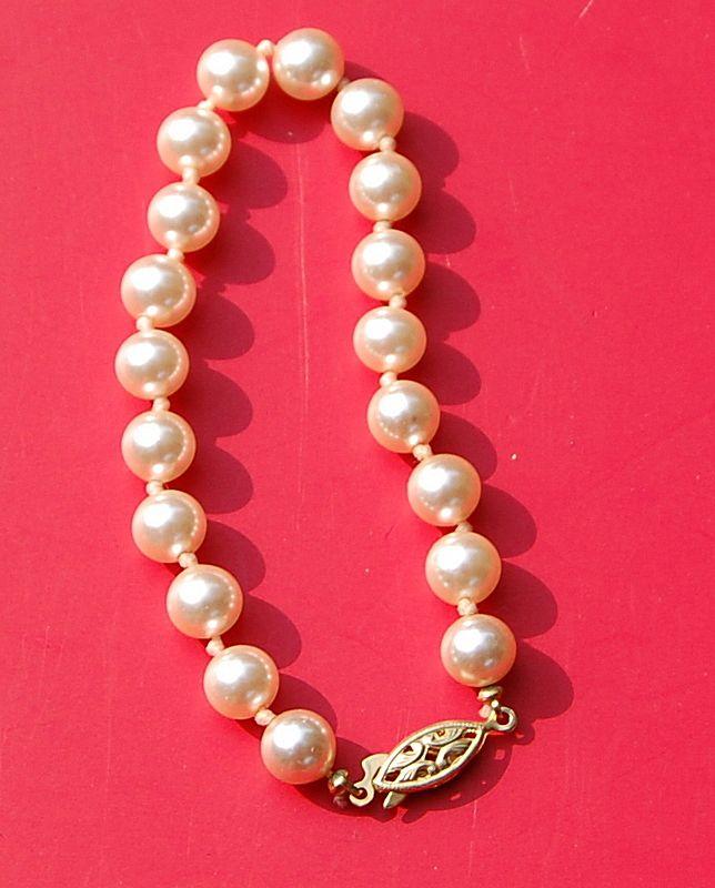 "Vintage 7 1/2"" Hand Knotted Faux Pearl Bracelet"