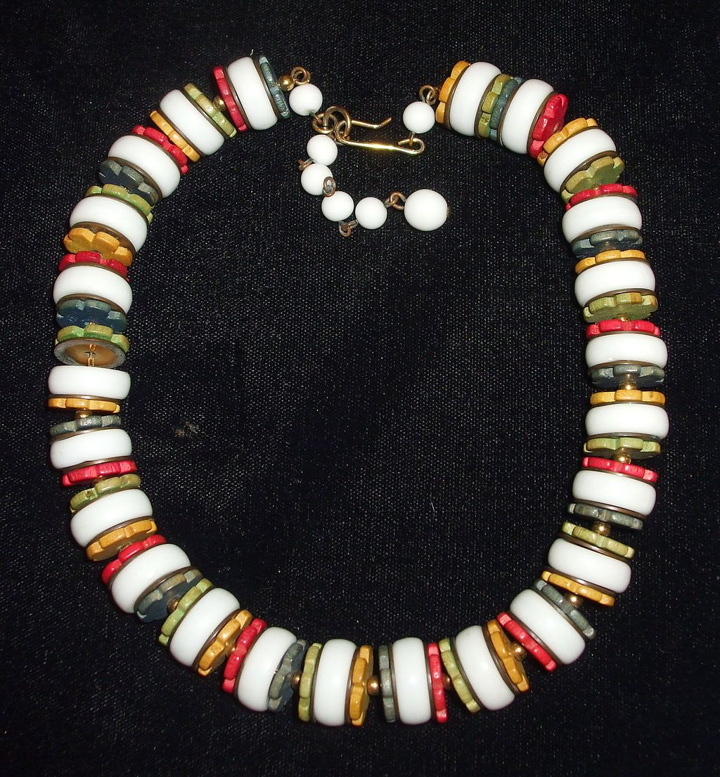 1940s Gorgeous Sleek Glass and Multi Color Wood Chip Necklace