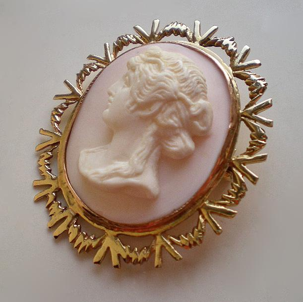 Vintage Gold Angel Skin Coral Cameo Pendant Brooch