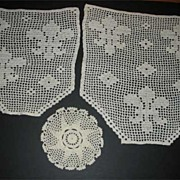 Beautiful set of vintage crocheted doilies