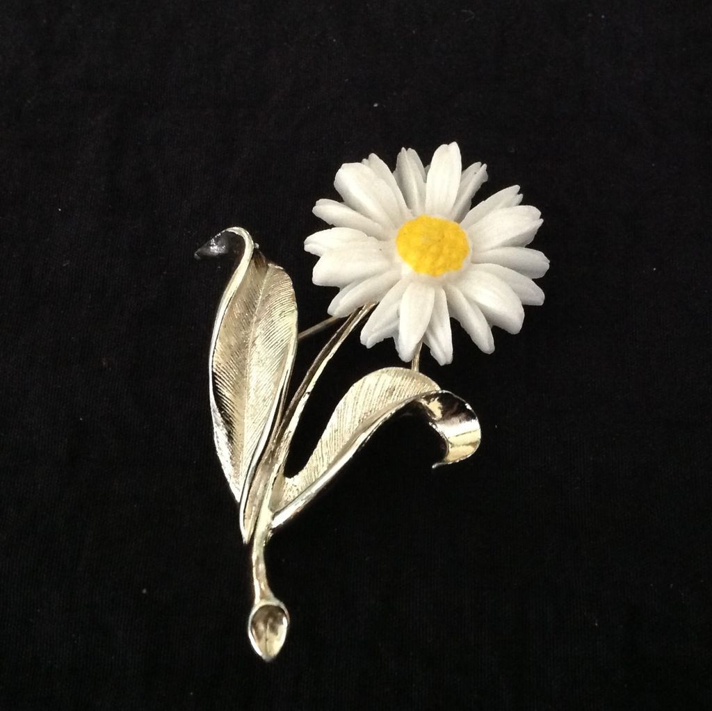 Sarah Coventry daisy pin with silvertone setting