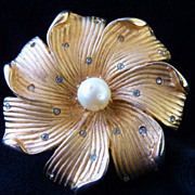 Kramer pearl and goldtone flower brooch